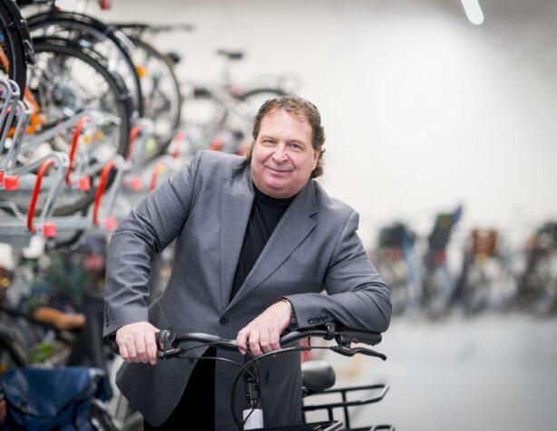 fietsambassadeur Herman de Graaff zorgt voor een goede fietsenstalling